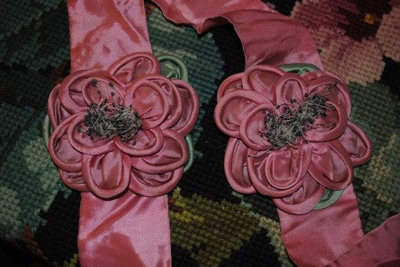 Embrasses in seta rosa con rose ribbonwork