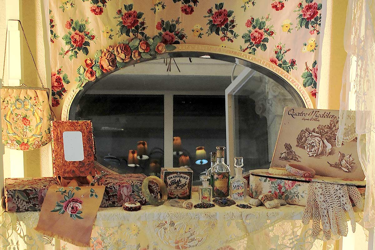 Specchi barbola inglesi con rose vanities e scatole francesi for A specchio in inglese