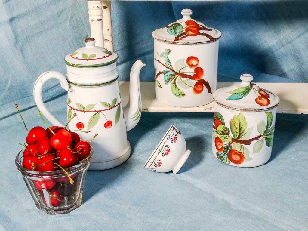 Caffettiera e vasi decorati a mano in smalto francese