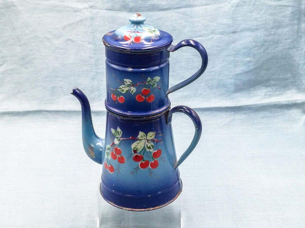 Caffettiera in smalto francese azzurro con decoro ciliegie