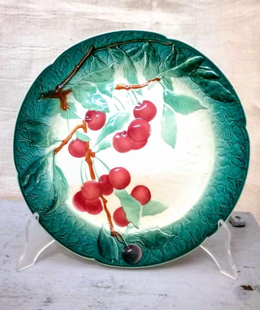 Piatto barbotine originale dell'epoca con decoro ciliegie