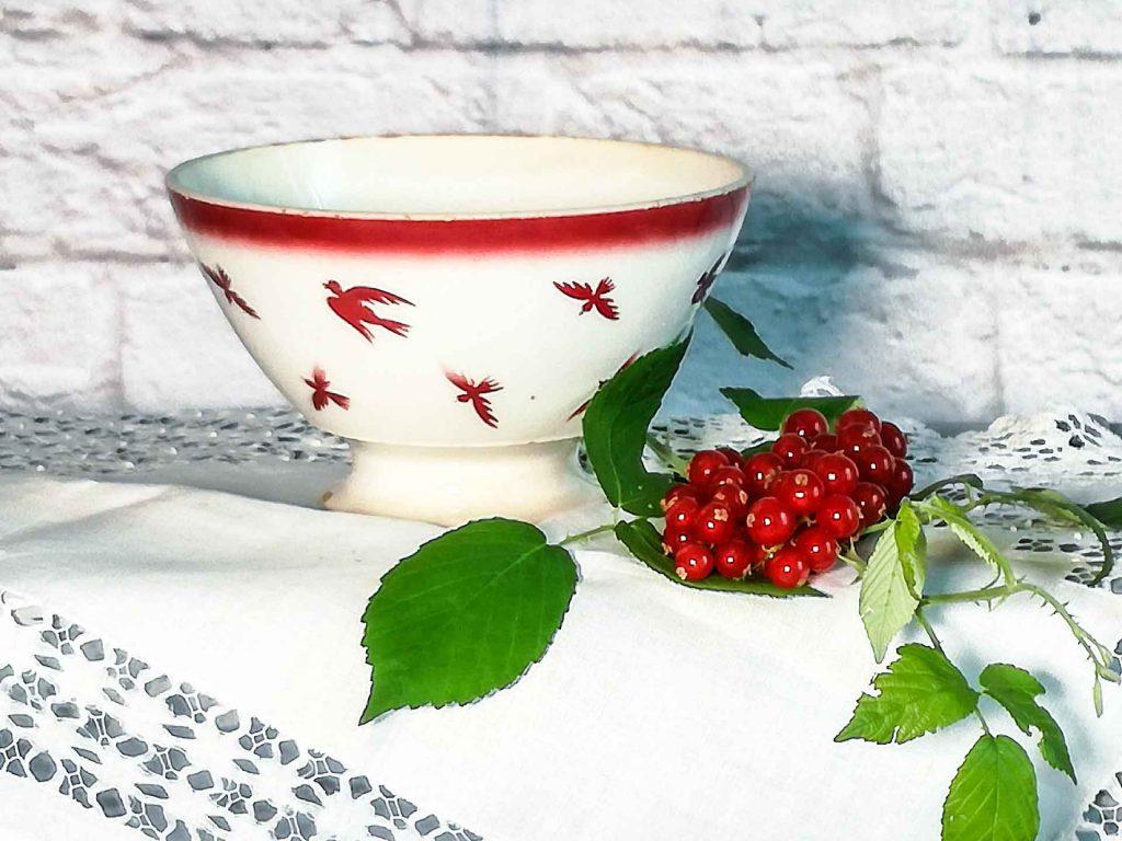 Tazza da caffè latte con decoro rondini