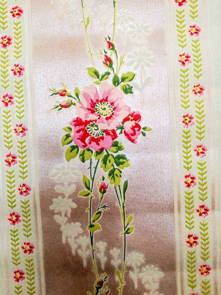 Carta da parati antica - Finitura perlata con rose